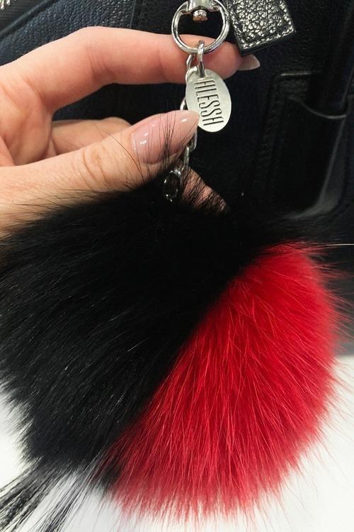 Pom Pom аксесоар естествен косъм за чанта - черно с червено