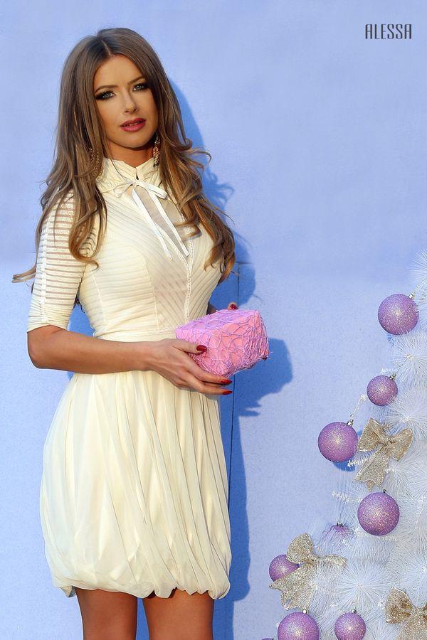 Нежна рокля в шампанско с подвижна яка и връзки