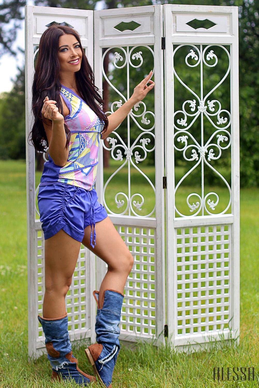 Къс панталон в лилаво с набори